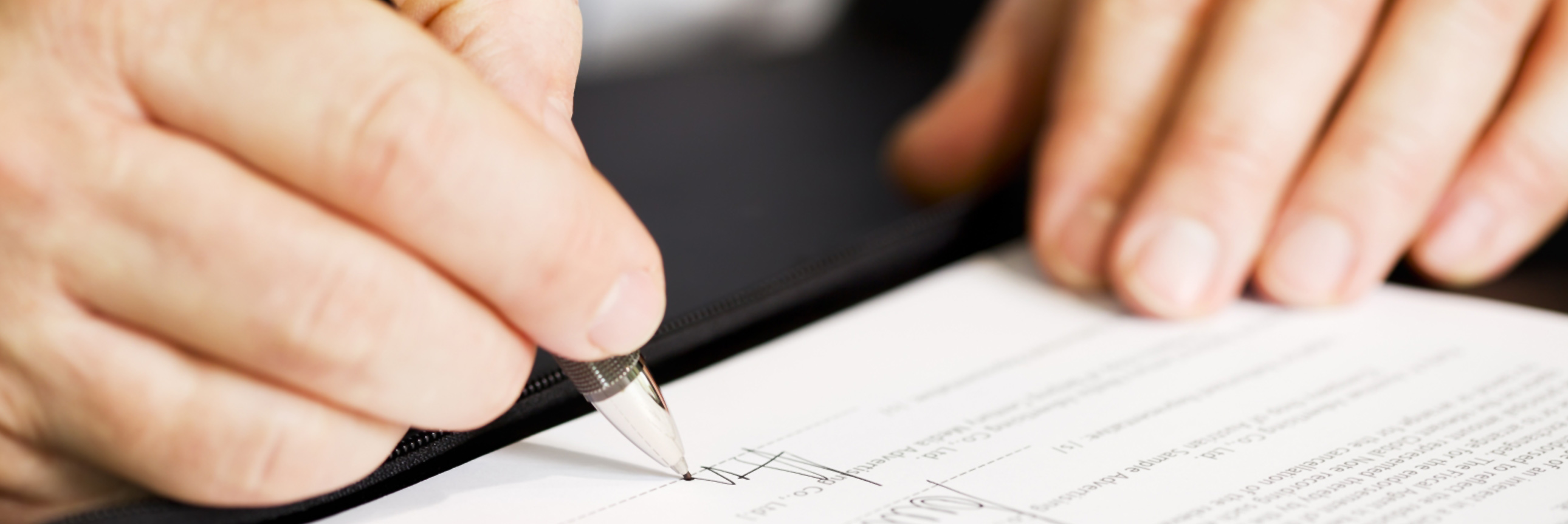 gente firmando documentos de contrato de vivienda